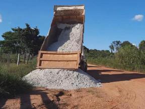Prefeito Silvano faz compromisso e distribui calcário à pequenos produtores do município