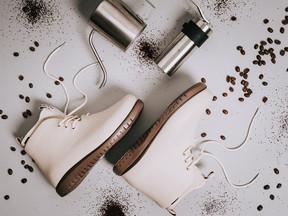 Marca cria bota impermeável feita com borra de café