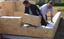 Casas de madeira são construídas com blocos tipo LEGO