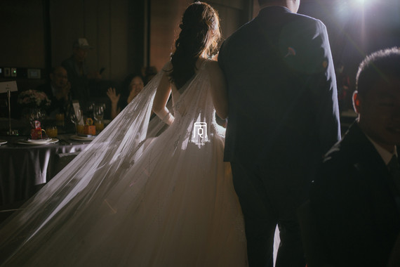 微雨的萬怡酒店戶外證婚婚禮