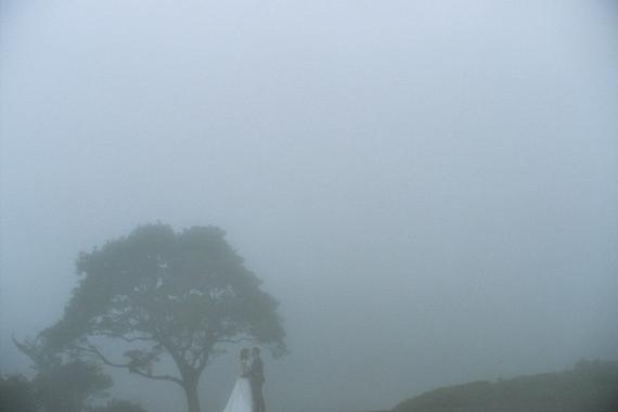 山林之中霧裡瀰漫帶有詩意的婚紗