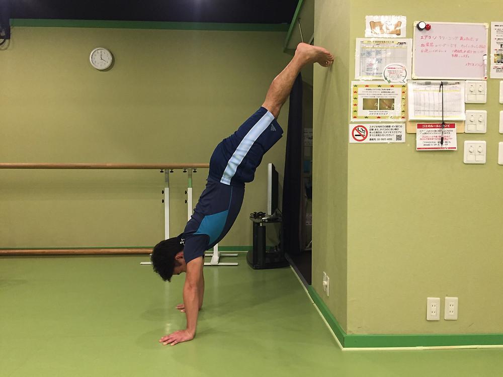 クマ歩きのコツ 練習方法 壁倒立