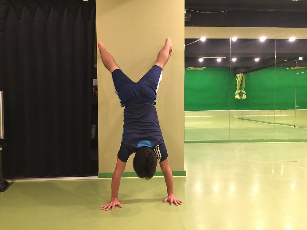 クマ歩き 練習方法 壁倒立横歩き