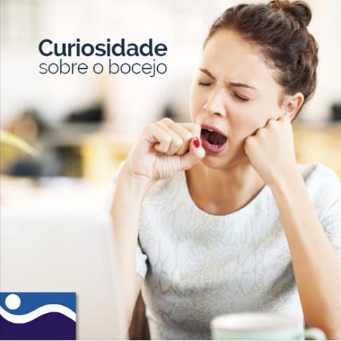 Você abre a boca quando está com sono? Esse ato é o bocejo, que ocorre para nos manter acordados. Quando começa o período de sonolência, nosso sistema nervoso central sofre uma queda de oxigênio. O bocejo funciona como uma alternativa para captar esse ar.