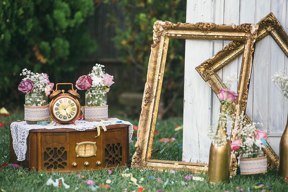 Décoration scénique mariage thème vintage. Cadres fleurs et objets de décoration