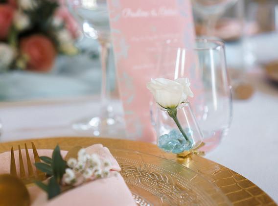 décoration table mint et pêche.jpg