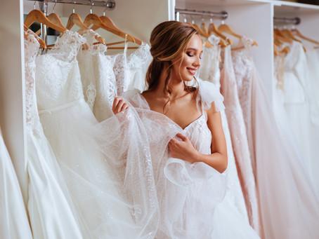 Trouver sa robe de mariée, le costume du marié et tenues du cortège.