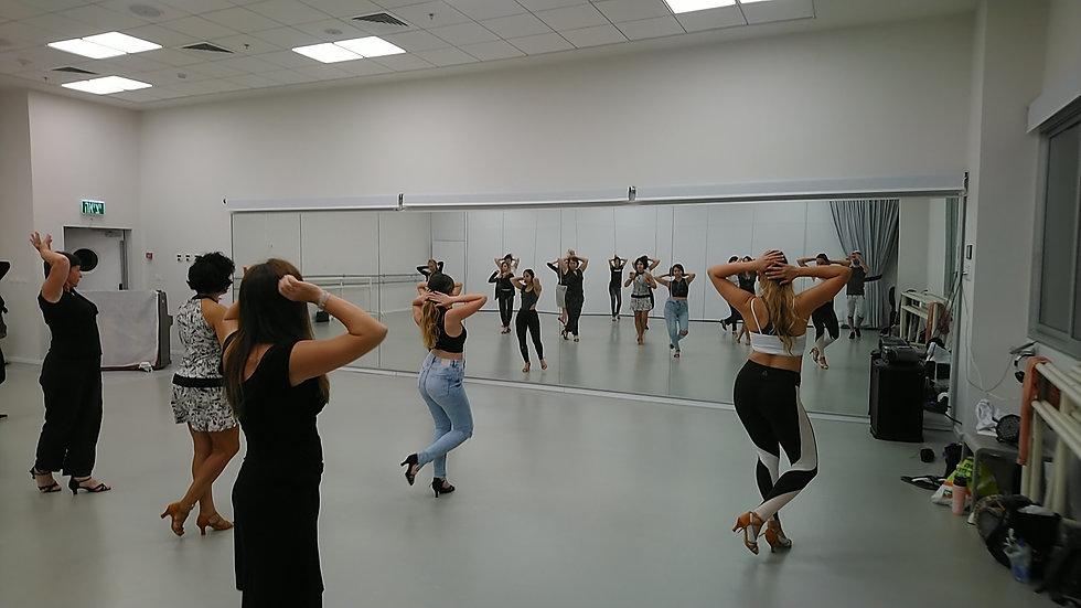 תלמידות רוקדות בשיעור ריקוד לנשים