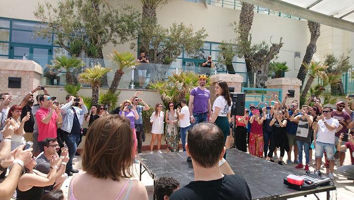 אחרי שיעור הריקוד, תלמידים מצלמים