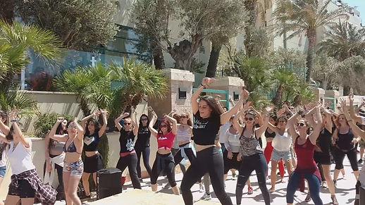 נשים רוקדות בחוג לריקוד