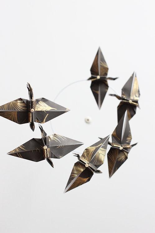 Mobile origami spiral noir à plumes dorées