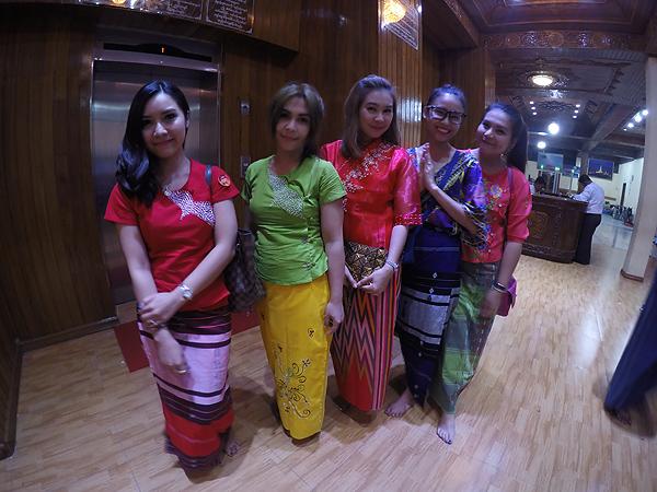 สาวไทยในชุดพม่า