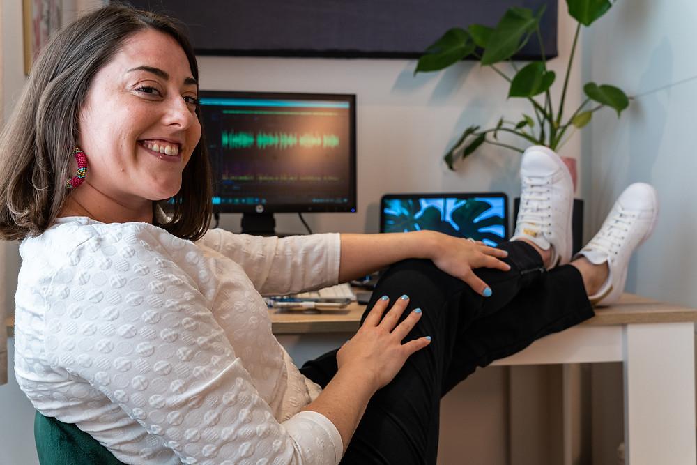 Stephanie Matard, comédienne voix off dans son studio