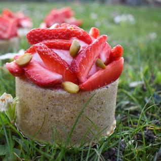 Charlotte vegan aux fraises et pistaches par Linda Vongdara