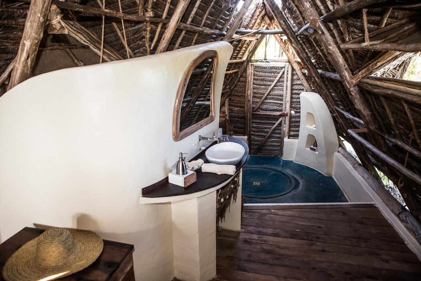 Tanzania - Fanjove Island - Banda bathroom