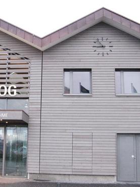 Moderne Turmuhr am Fährhafen auf Langeoog