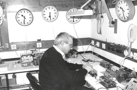 Georg Rauscher III bei der Erstentwicklung von elektronischen Funkhauptuhren