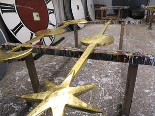 Renovierter Stunden- und Minutenzeiger vor dem Polieren des Goldes