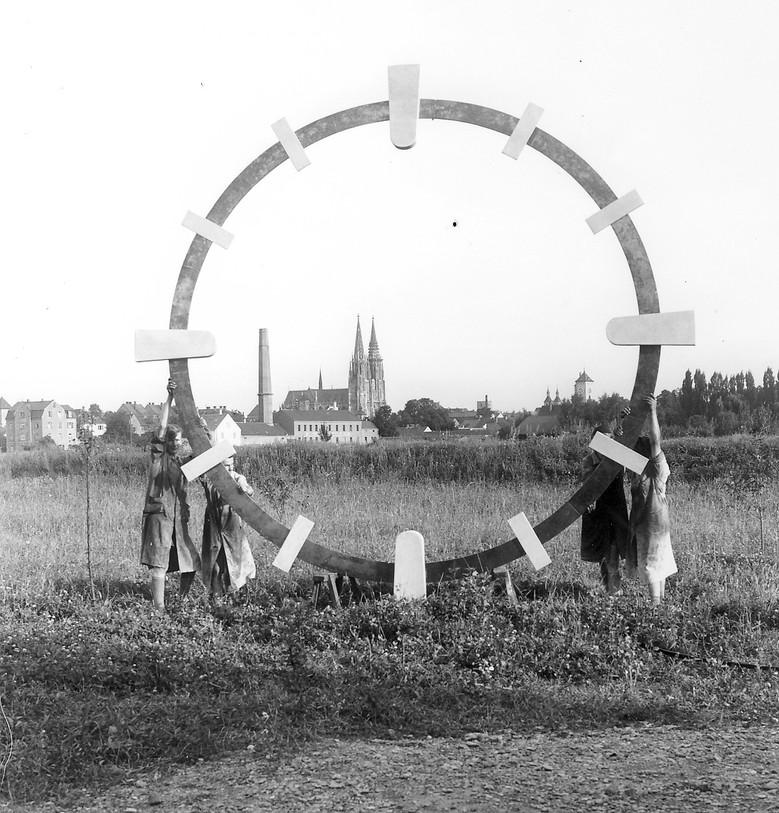 Zifferblattring auf dem Betriebsgelände 1970, damals vor den Toren der Stadt
