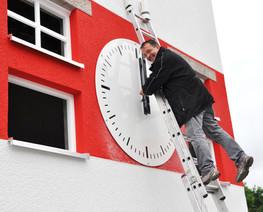 Montage der Außenuhr für den Turm am Fußballstadion des SSV Jahn