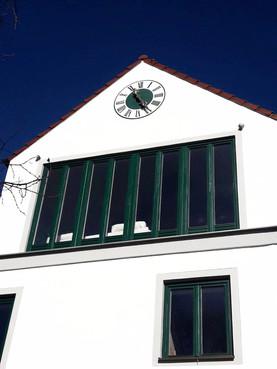 Privathaus mit Giebel Außenuhr