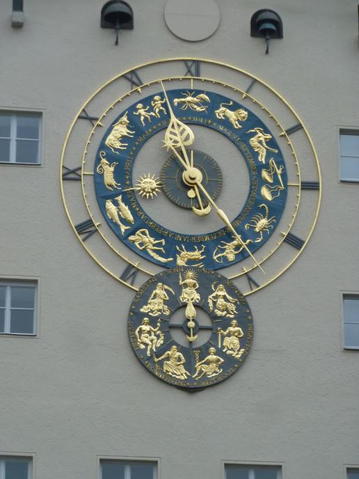 Fertig montierte astronomische Uhr