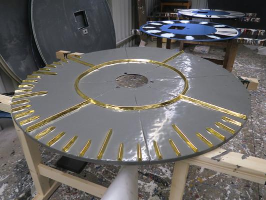Verschraubung der separat vergoldeten Sekundenstriche auf der Sekundenscheibe