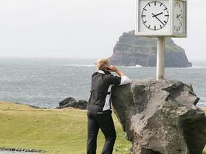 Vierseitige Außenuhr für Golfplatz: Die 4 Uhrwerke laufen autonom über einen GPS-Empfänger. Für die Beleuchtung besteht ein 230 V Anschluss.