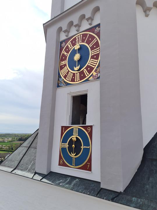 Nahansicht der montierten Turmuhr auf einer Seite