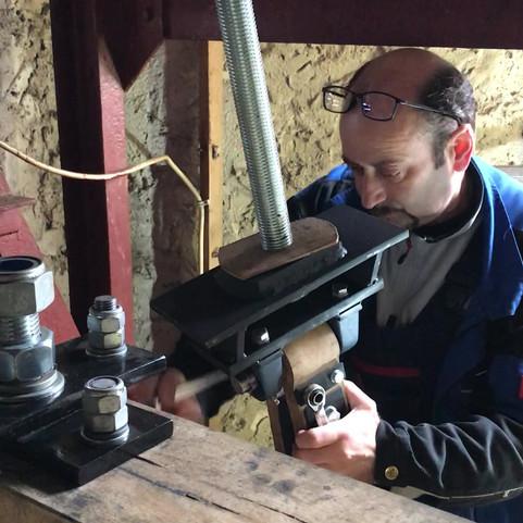 Befestigung eines Fallklöppels an der Mittelschraube bzw. an der Ledereinbindung