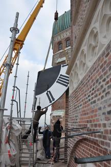 Montage der Turmuhr an der Münchner Frauenkirche