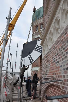 Installation of the tower clock at the Frauenkirche in Munich