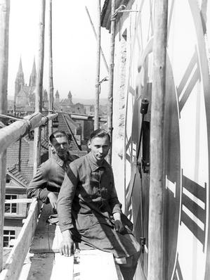 Georg Rauscher II bei der Montage der Turmuhr für das Ostentor 1932