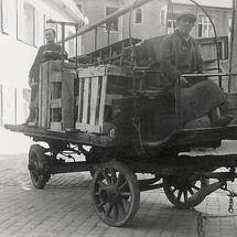 Transport einer mechanischen Turmuhr von Stadtamhof zum Regensburger Bahnhof mit Hilfe eines Pferdewagens