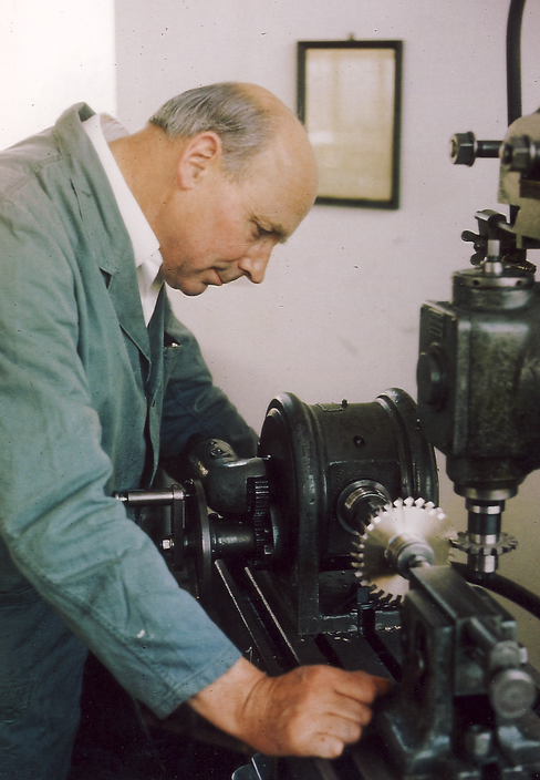 Georg Rauscher II at the milling machine 1980