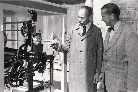 Ausstellung einer mechanischen Rauscher Turmuhr auf der Münchner Handwerksmesse mit Georg Rauscher II (links)