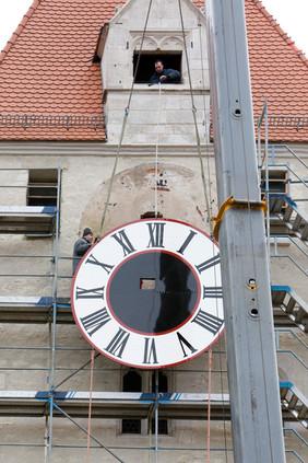 Montage der Turmuhr am Regensburg Ostentor