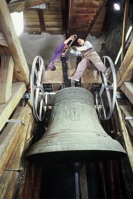 Montage eines neuen Holzjoches für die große Glocke der St. Lorenz Basilika in Kempten