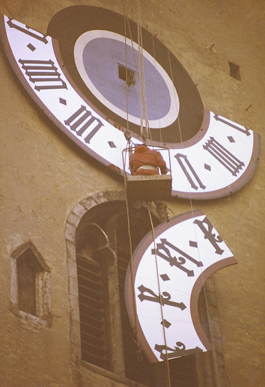 Installation of the 4-part dials at the  town hall in Regensburg 1975