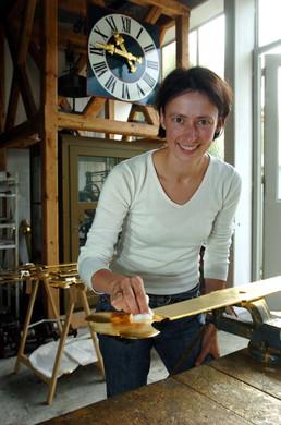 Christine Rauscher beim Polieren eines Zeigers