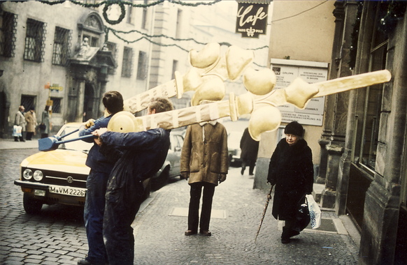 Zeigerpaar vor der Montage am Regensburger Rathaus 1975
