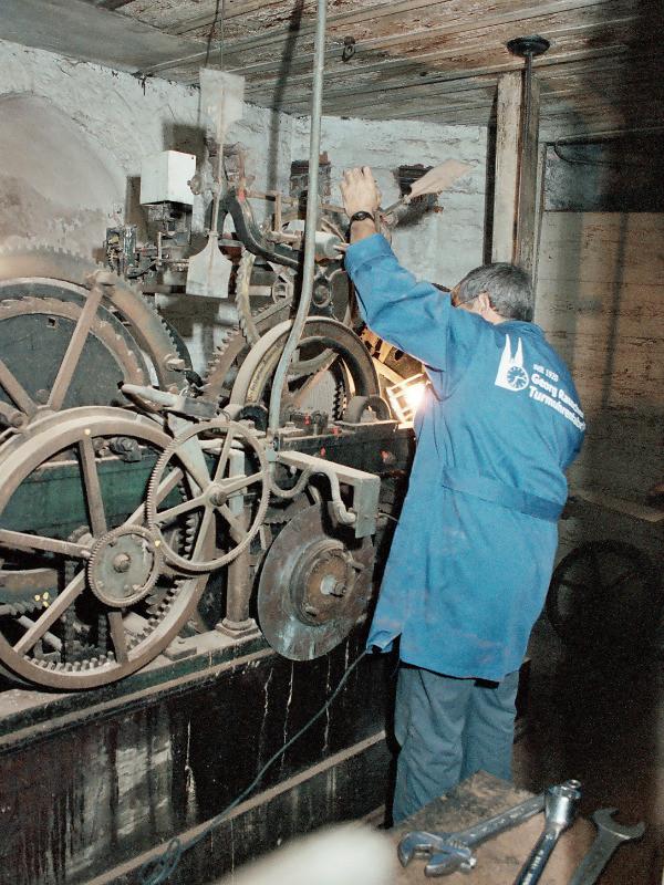 Vorarbeiten zur Demontage: Analyse und Zeichnung der Einzelteile vor der Zerlegung der mechanischen Turmuhr