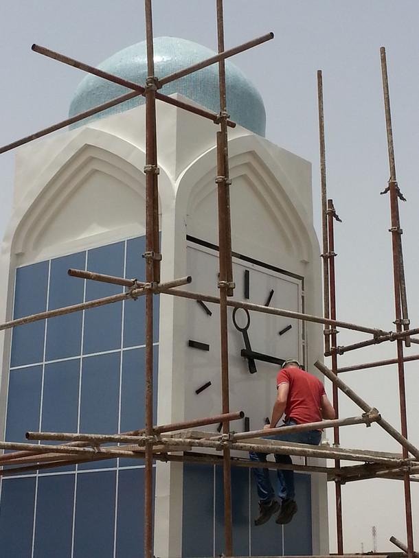 Montage Turmuhr für eine Moschee in Basrah, Irak