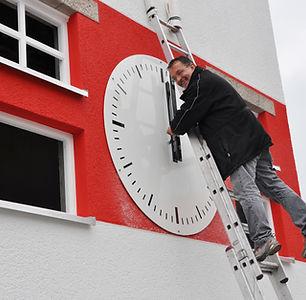 Erhard Pritschet bei der Montage der Außenuhr für das Jahnstadion