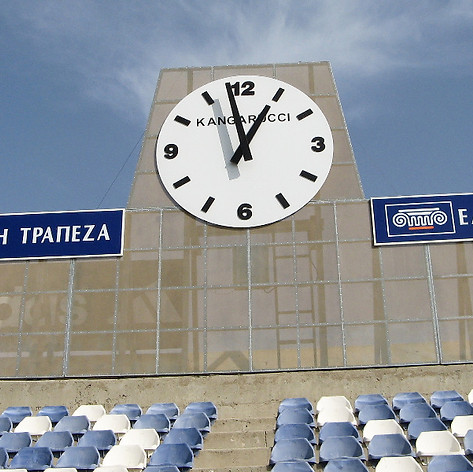 Analoge Stadionuhr mit einem Zifferblatt von über 2 m Durchmesser und Turmuhrentechnik