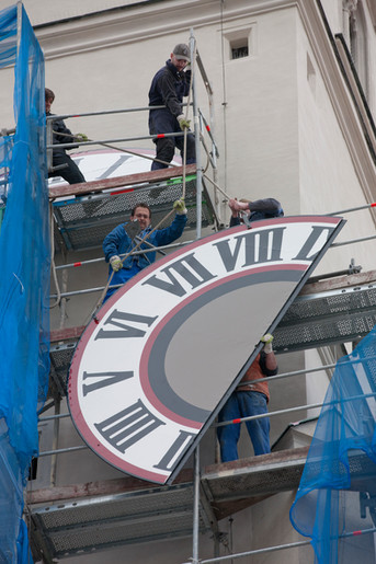 Installation of the 2-part clock faces at the Regensburger Neupfarrkirche