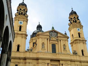Münchner Theatinerkirche mit renovierter Turmuhrenanlage