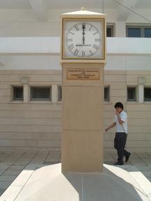 Quadratische einseitige Außenuhr mit separater Quarzuhr Typ MiniTimer, eingebaut in einen Uhrenturm