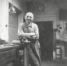 Firmengründer Georg Rauscher in seiner Werkstatt in Stadtamhof 1935