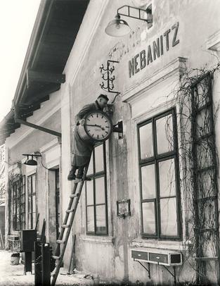 Montage von Bahnhofsuhren im heutigen Tschechien 1933